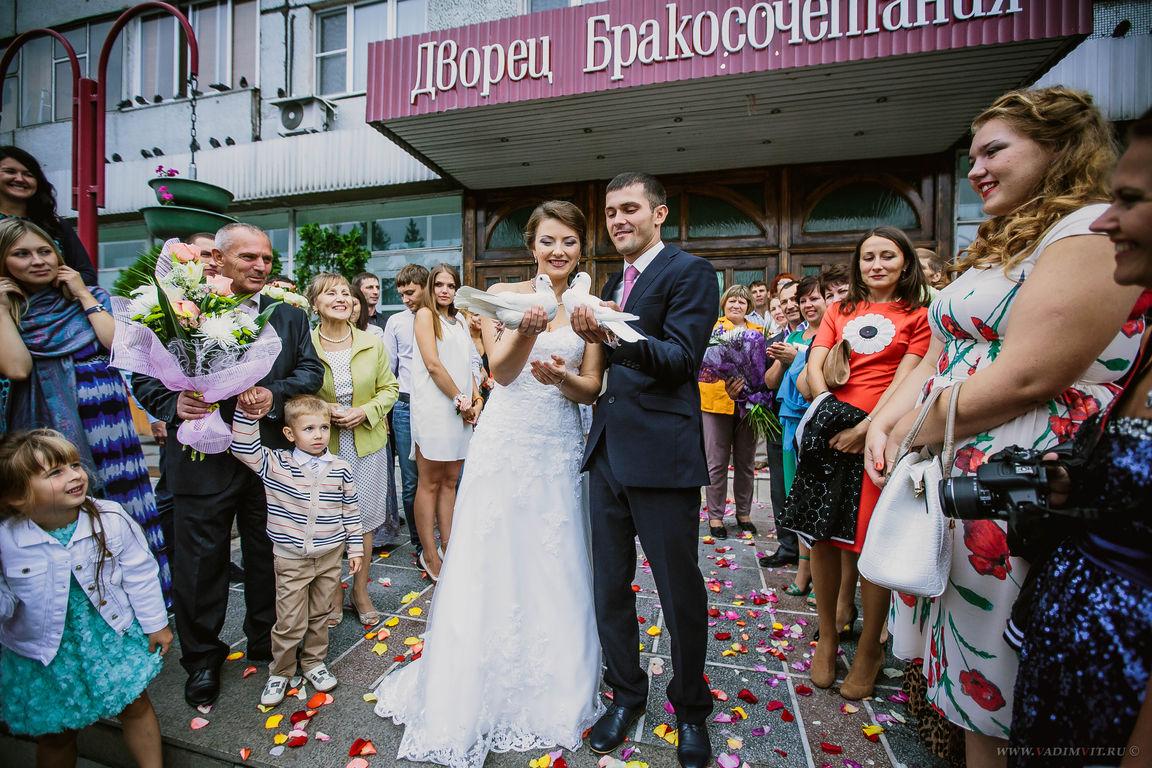 На крыльце Дворца бракосочетания Красноярск