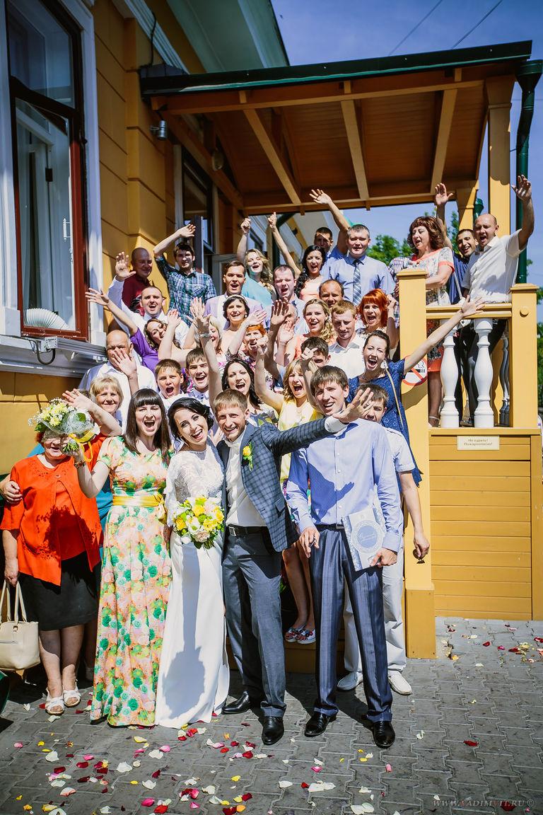 На крыльце Дома семейных торжеств Красноярск